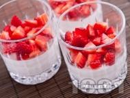 Рецепта Най-лесният крем за десерт със сирене маскарпоне, заквасена сметана, кондензирано мляко и ягоди в стъклени чаши